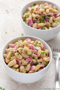 This healthy Tuna & White Bean Salad requires only 6 ingredients and 10 minutes to make. A satisfying, tasty and protein-packed meal. | EverydayEasyEats.com